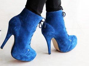 С чем носить синие ботильоны